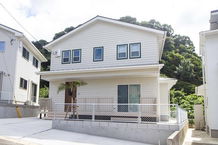 広いデッキのある サーファーズスタイルの家(佐世保市黒髪町)のサムネイル